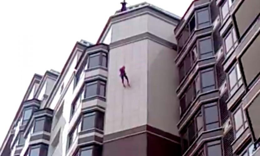 """""""Человек-паук"""" в Благовещенске взбудоражил жителей опасным спуском по стене 15-этажного дома"""