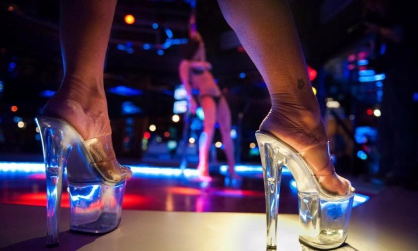 Любители обнаженных женских тел подрались и разбили витрину стриптиз-клуба в Москве