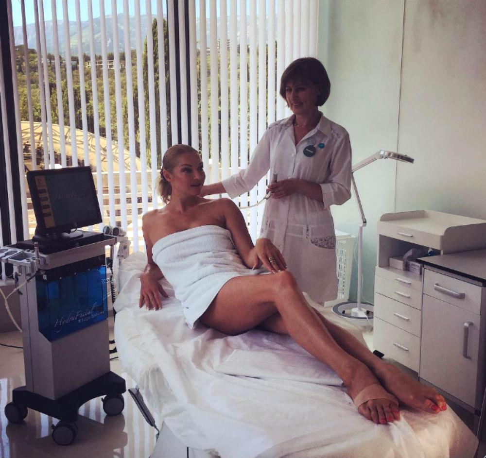 «Дикая боль»: Анастасия Волочкова из-за шпагатов на курорте оказалась в больнице