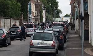 Двое вооруженных ножами мужчин захватили в заложники священника, монахинь и прихожан во Франции