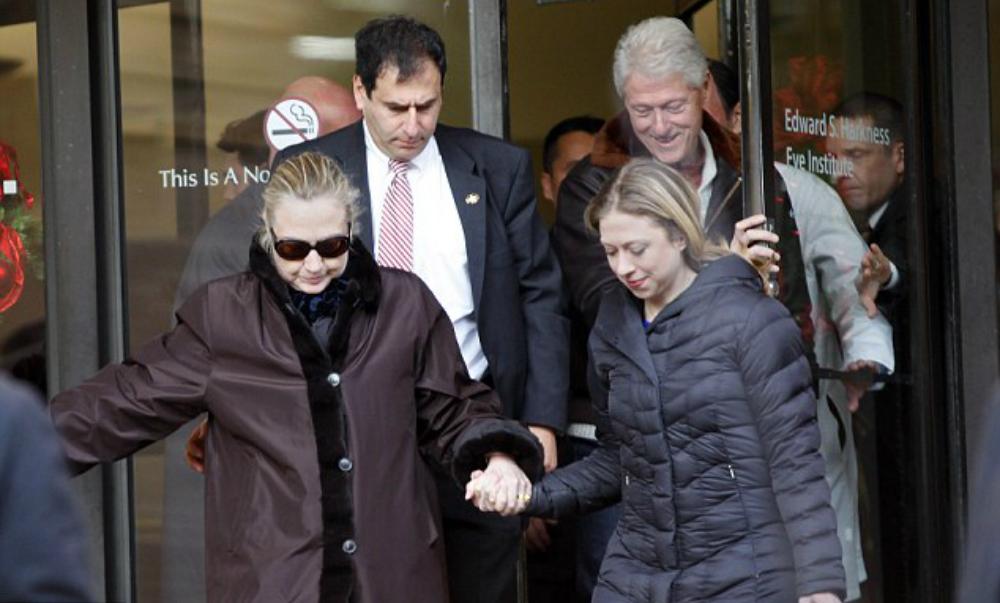 Фото «больной» Клинтон оказалось старым снимком случайного инцидента на лестнице