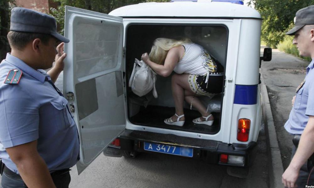 Сутенерша из Москвы вербовала девушек в проститутки с помощью конкурсов красоты