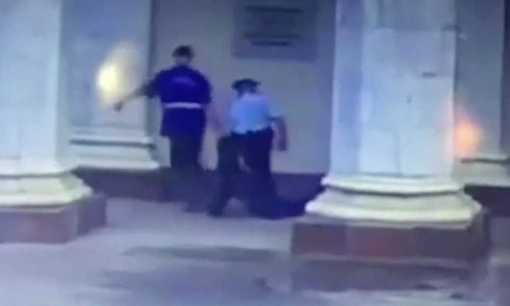 Полицейского уволили из-за выброшенного умирать на улицу больного пассажира московского метро
