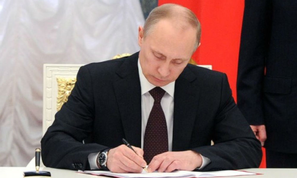 Владимир Путин помиловал двух осужденных за совершение преступлений россиян