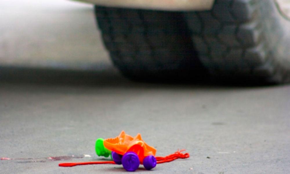 Двухлетнего малыша раздавила машина во время родительского селфи на трассе под Омском