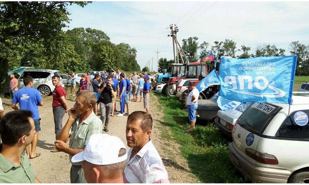 Кубанских фермеров на тракторах заблокировали под Ростовом во время марша к Путину