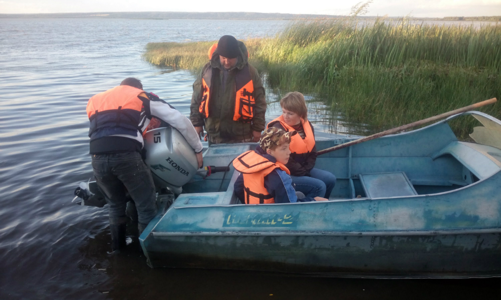 Муж с женой и двумя маленькими детьми погибли на озере под Красноярском