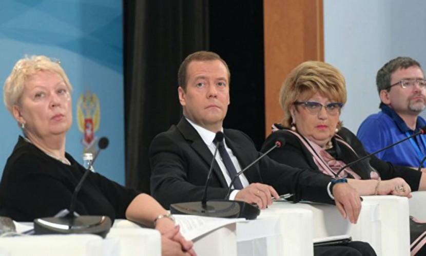 Ольга Голодец поручила решить вопрос спонижением зарплат учителей