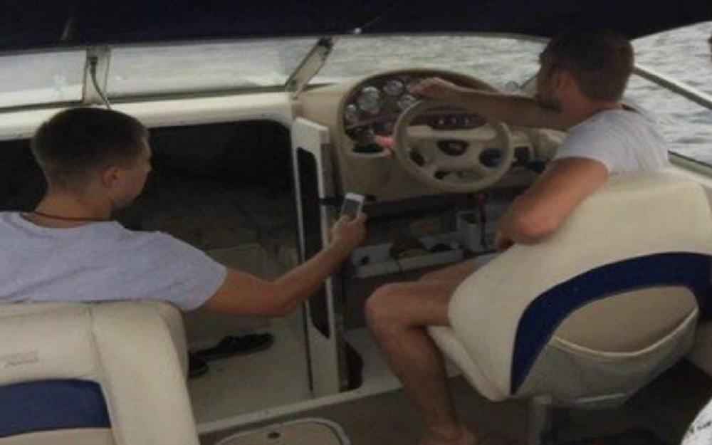 Влад и владелец катера
