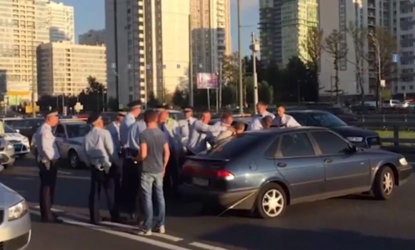 Работники ДПС сострельбой задержали нетрезвого водителя в российской столице