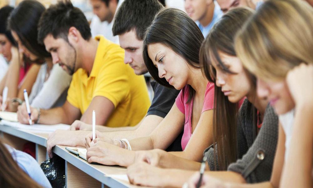 Абитуриенты и студенты бросились в банки за образовательными кредитами