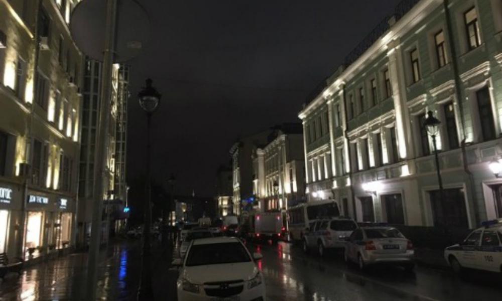 Неизвестный мужчина захватил в заложники четверых сотрудников банка в центре Москвы