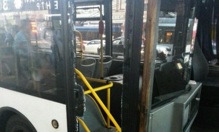 Опаздывая на«Сапсан», девушка разнесла дверь автобуса наНевском проспекте