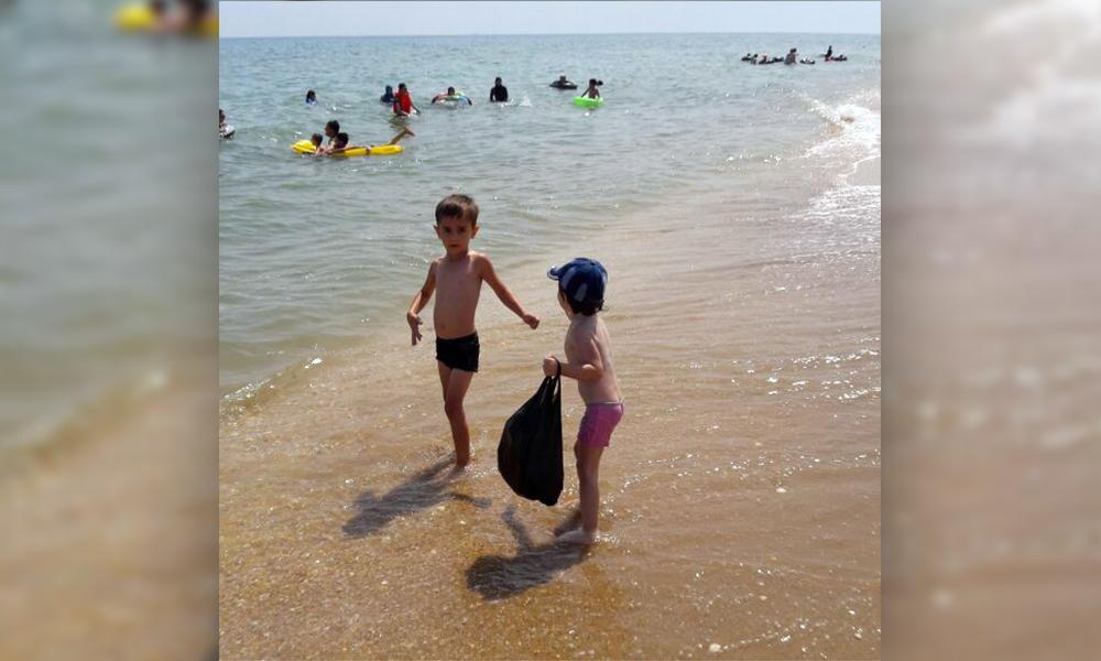 Смытых волной на глубину и наглотавшихся воды малышей вытащила из Каспийского моря отважная журналистка