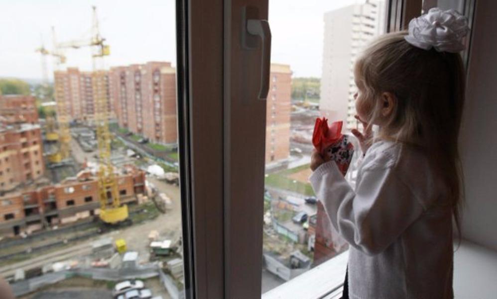 Выпавшую из окна пятого этажа псковскую девочку чудом поймали прохожие