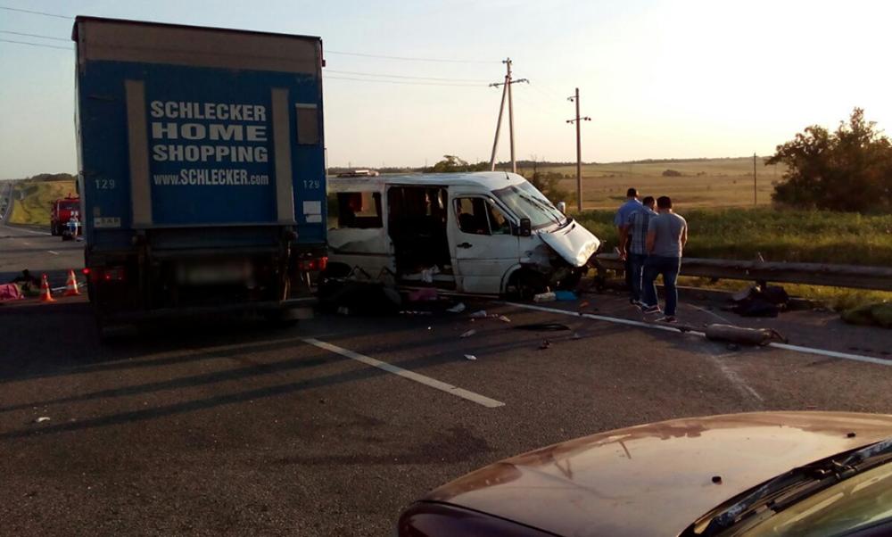 Микроавтобус врезался в отбойник под Ростовом на пути из Грузии в Украину: погибли двое иностранных граждан