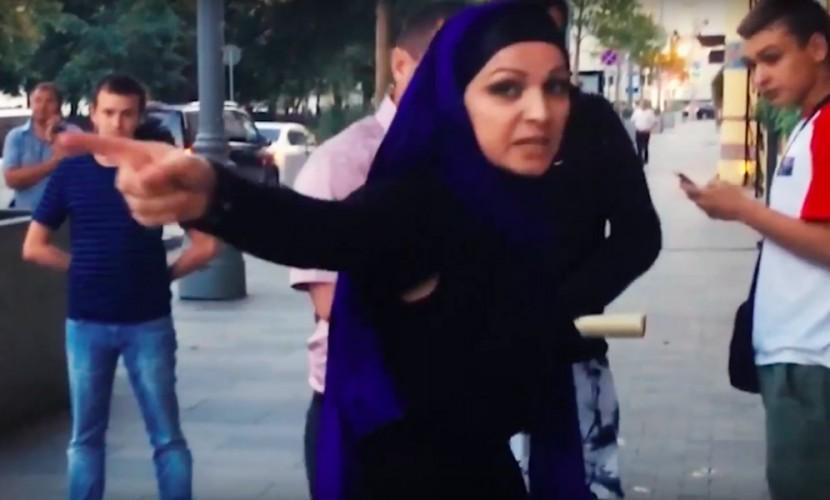 Опубликовано видео выяснения отношений женщины в хиджабе с активистами