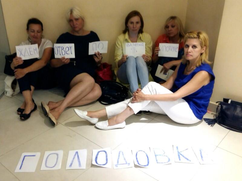 Валютные должники захватили головной офис ВТБ в башне