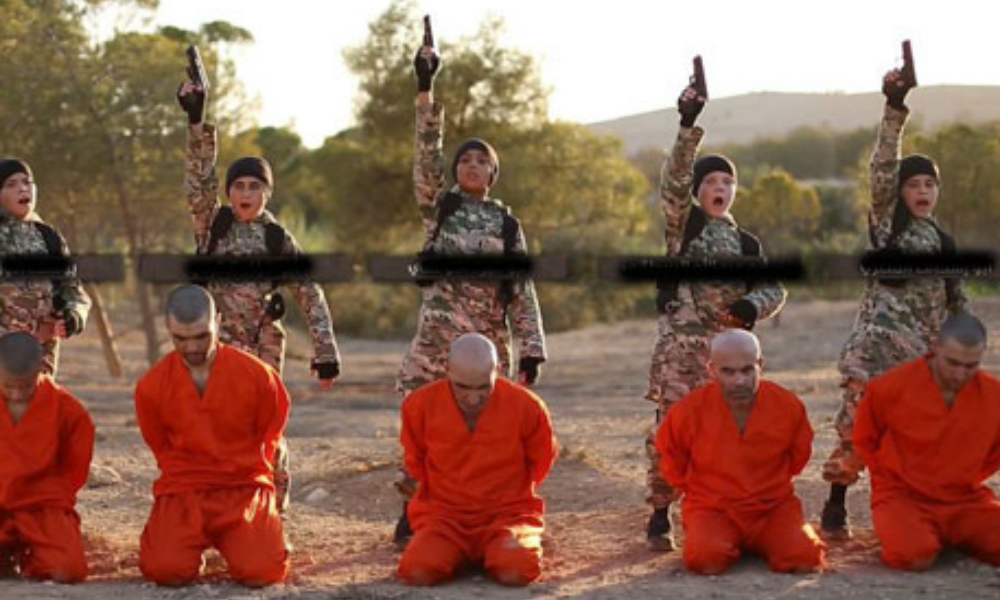 Боевики ИГИЛ заставили интернациональную группу детей казнить пятерых пленников