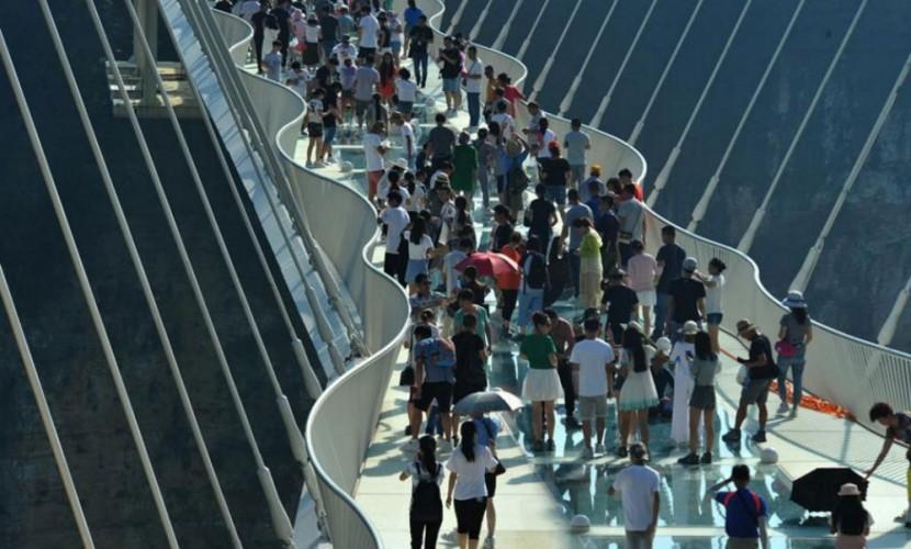 Самый длинный стеклянный мост открыли в КНР — Рекорд над бездной