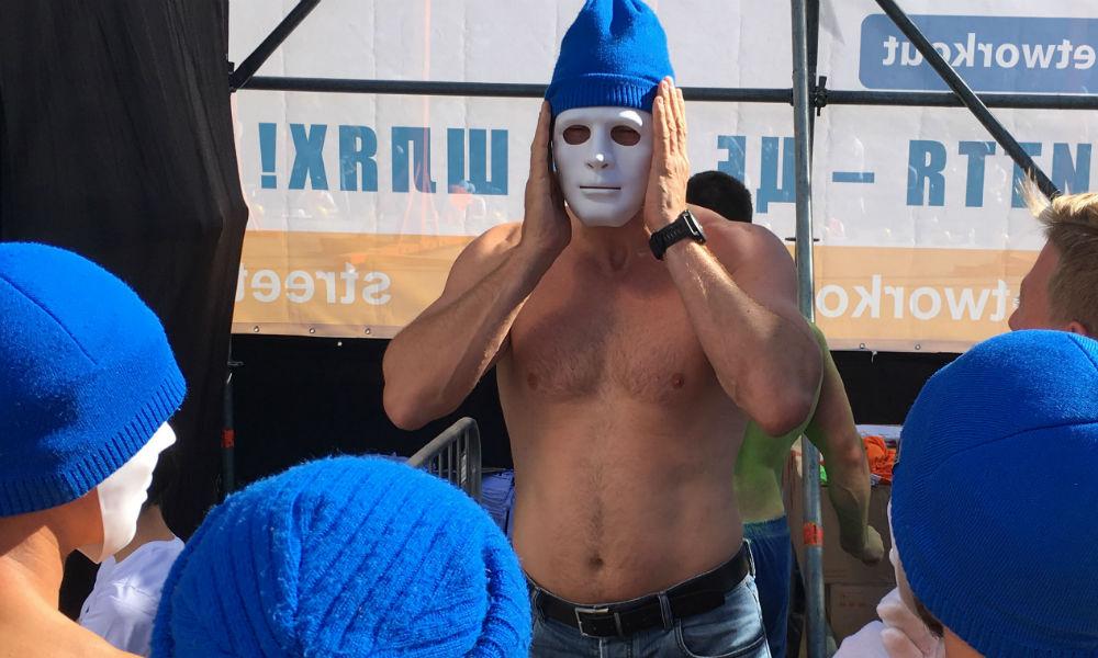 Полуобнаженный Виталий Кличко в маске устроил шоу перед киевлянами и попал на видео