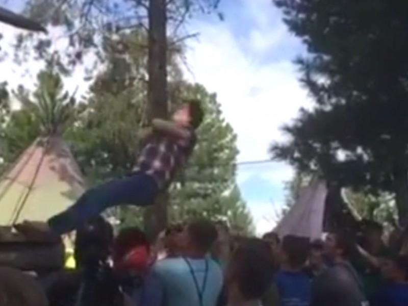 Губернатор ХМАО Комарова совершила экстремальный прыжок в толпу молодежи