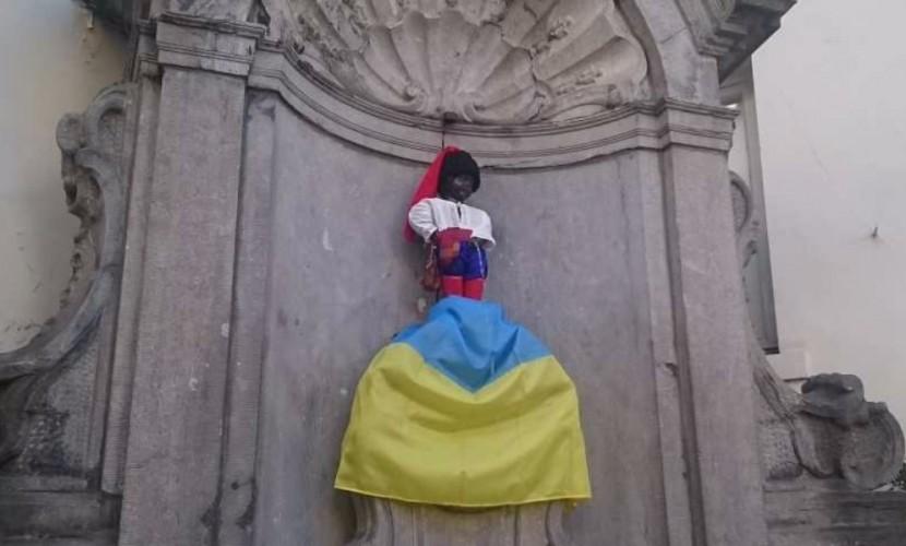 Одетый в цвета российского триколора мальчик 9 часов писал в Брюсселе на флаг Украины