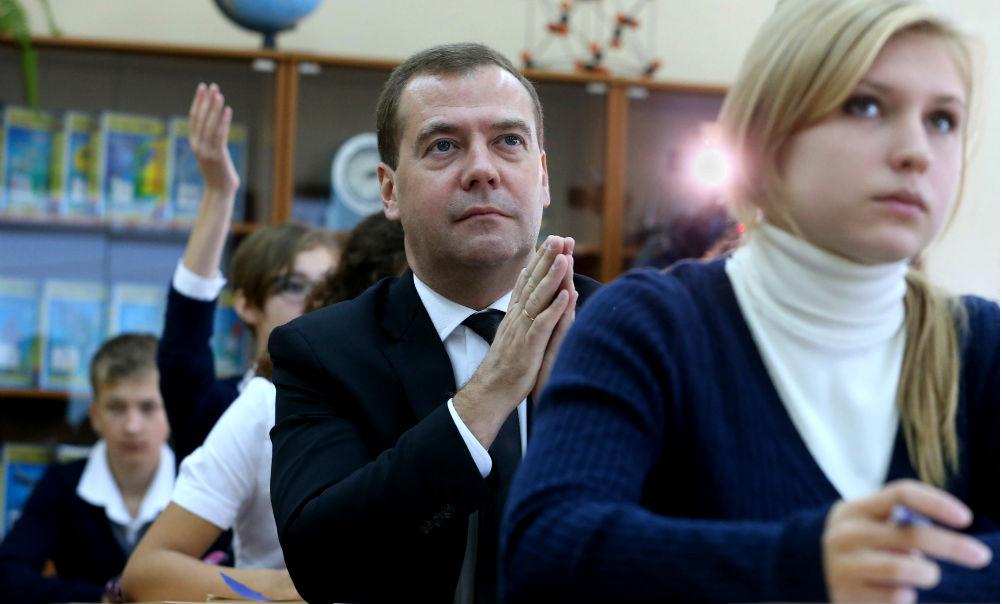 Скандальные слова Медведева о бизнесе для педагогов возмутили лидера профсоюза учителей