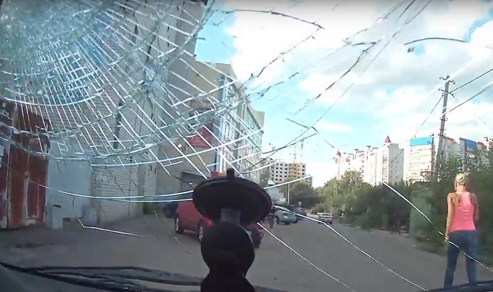 Разъяренная юная блондинка-нарушительница выбила каблуком лобовое стекло воронежца и попала на видео