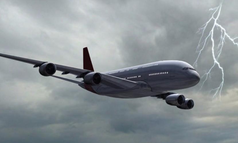 Летевший из Барселоны лайнер Airbus A321 стал мишенью молнии в небе над Москвой