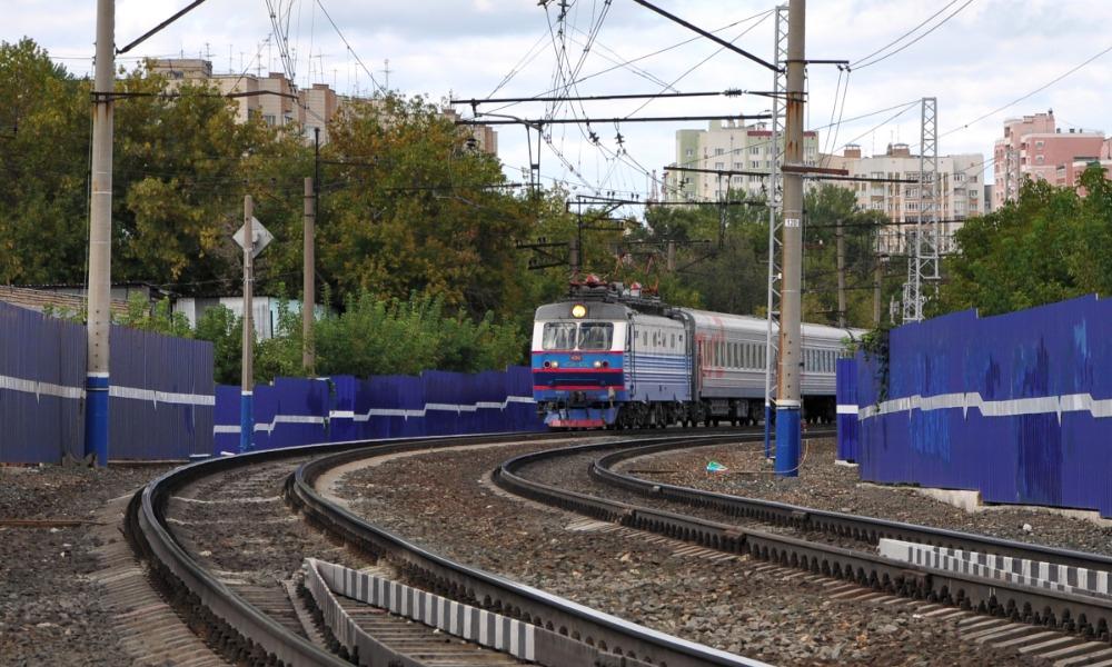 Следовавший из Новороссийска пассажирский поезд насмерть сбил молодого мужчину в Самаре