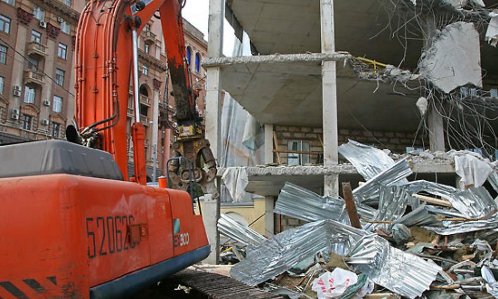 Тяжелая техника начала сносить объекты самостроя в центре Москвы