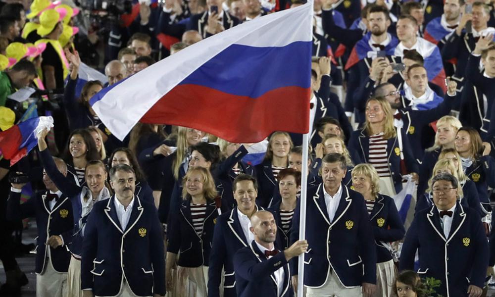 Российская сборная во главе с волейболистом Тетюхиным триумфально прошла на параде спортсменов на Олимпиаде