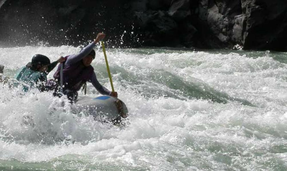 Двое туристов в Сибири решили прокатиться по горной речке на матрасе и пропали