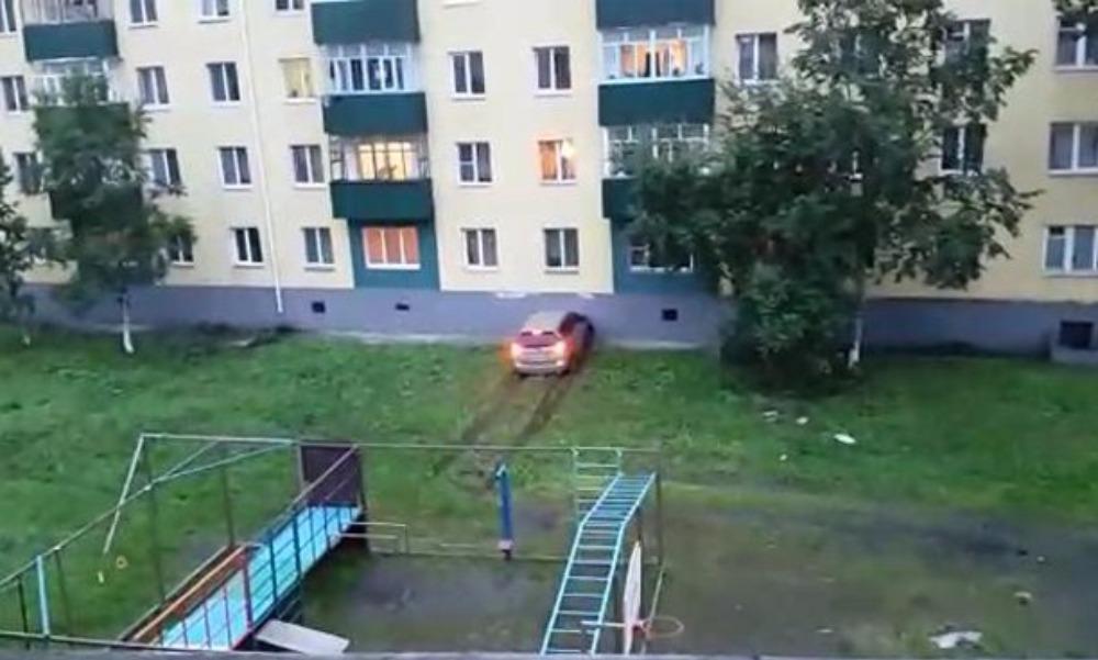 Разъяренный житель Поронайска атаковал на автомобиле дом жены и попал на видео