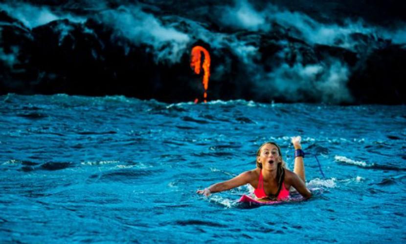 Опубликованы потрясающие фото и видео полуобнаженной блондинки на серфе у извергающегося вулкана