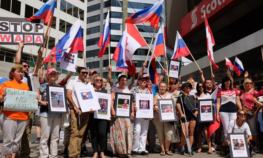 Жители Торонто провели массовую акцию протеста в поддержку российских паралимпийцев