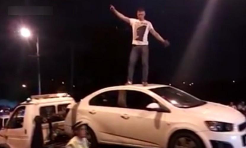 Cтранные танцы мужчины на эвакуаторе после столкновения с мотоциклистом в Стерлитамаке попали на видео