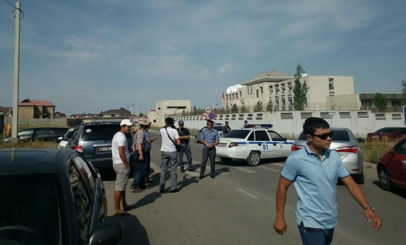 Смертник на автомобиле погиб в результате теракта у китайского посольства в Бишкеке