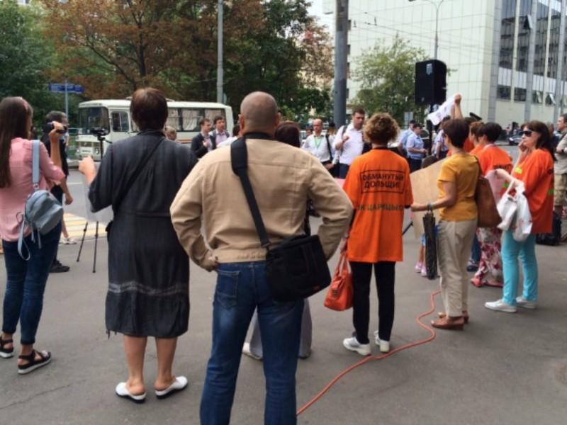 Оппозиционеров-кандидатов в Госдуму избили возле здания «Единой России» и отвезли в полицию
