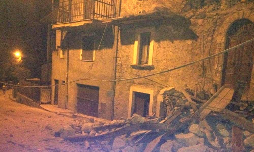 «Люди истошно кричат под обломками»: катастрофическое землетрясение разрушило город в Италии