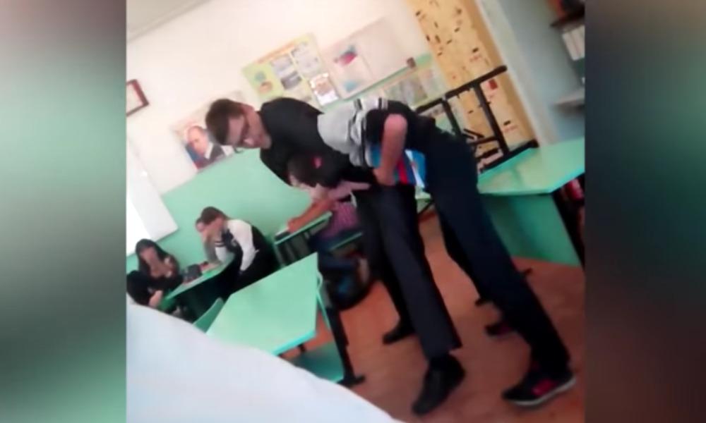 Драка учителя истории со школьником во время урока в Екатеринбурге попала на видео