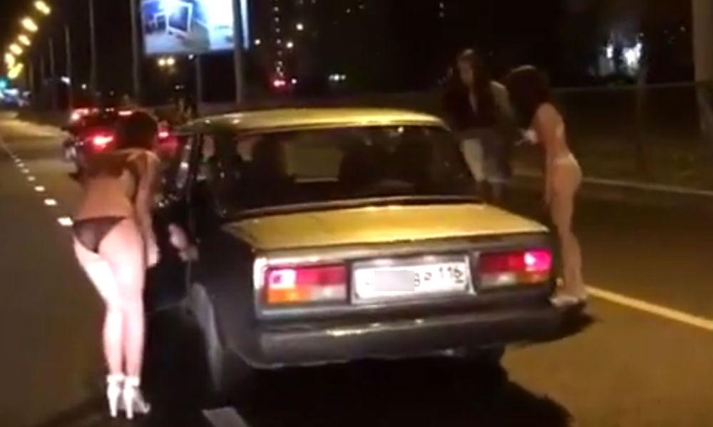 Девушки разделись на казанской трассе ради 100 рублей и поездки в Нижний Новгород