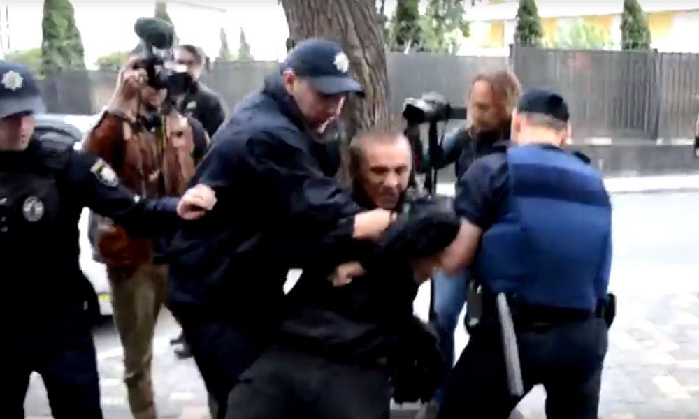 Драку украинских радикалов с полицейскими возле генконсульства РФ в Одессе сняли на видео