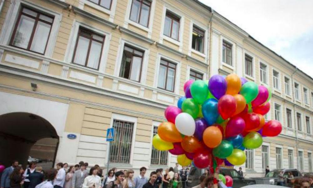 Директор школы в Москве предложил открыто обсудить скандальные секс-романы педагога с ученицами