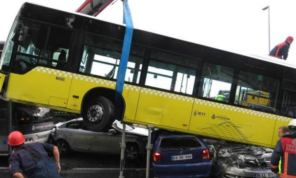 Курьезный наезд автобуса на шесть автомобилей в Стамбуле попал на видео