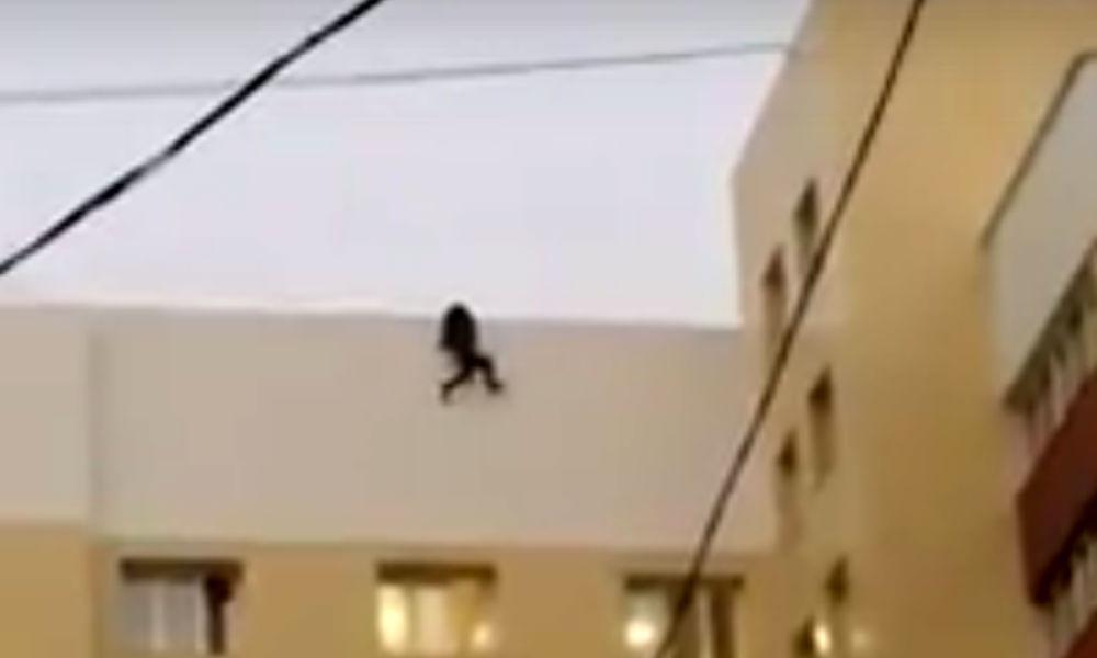 Смертельное падение 19-летнего экстремала с крыши дома в Новом Уренгое сняли на видео