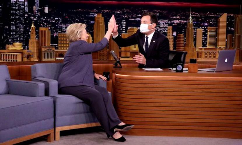 Ведущий американского ток-шоу надел медицинскую маску для разговора с Клинтон