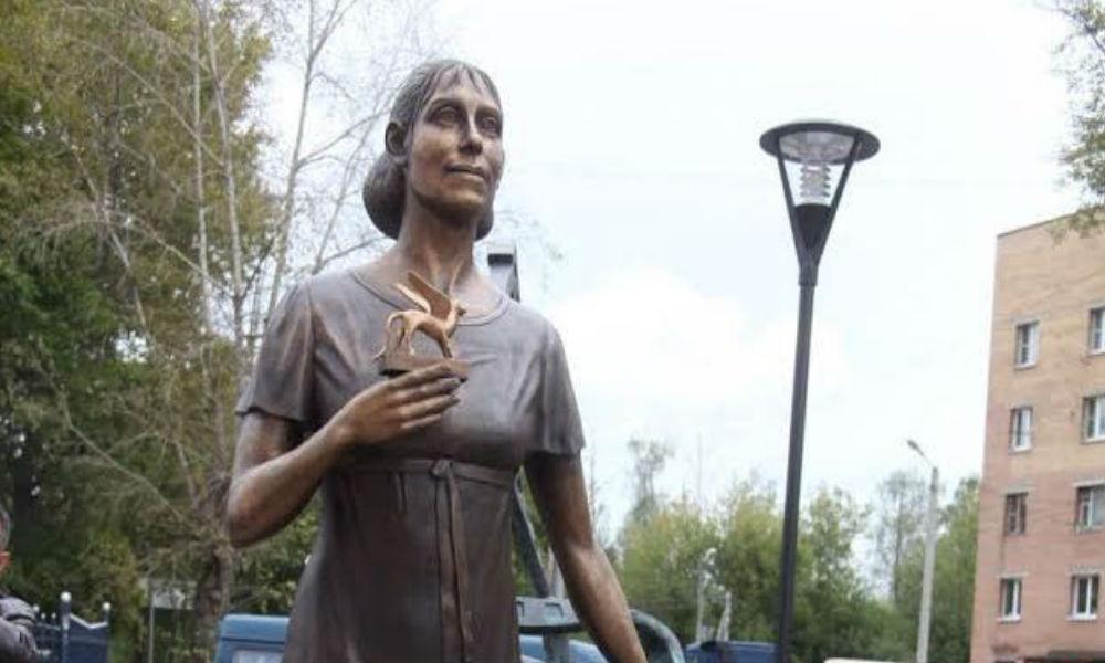 Чудаковатая героиня Инны Чуриковой стала памятником