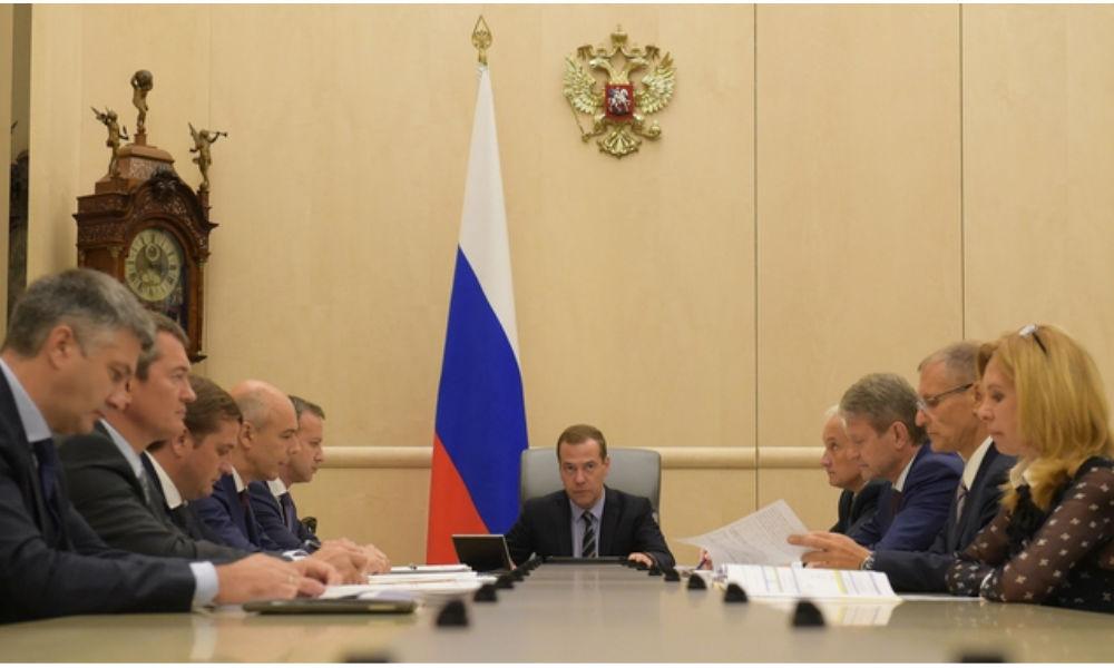 Медведев задобрил фермеров обещанием льготных кредитов в 2017 году